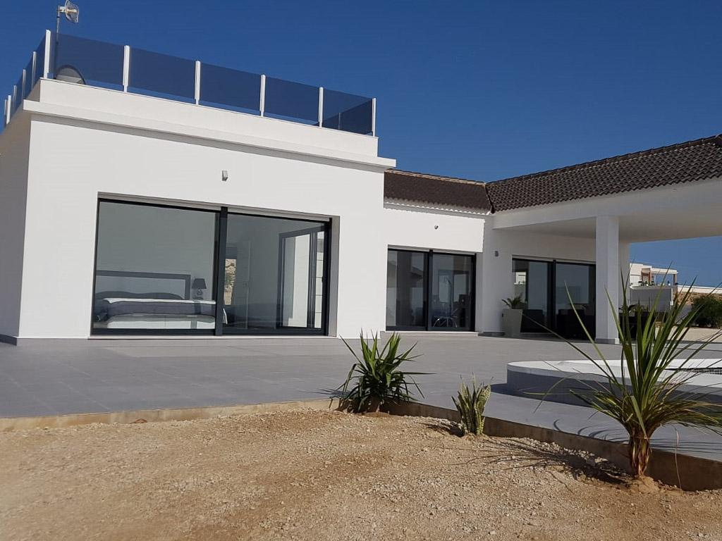 Moderne luxe villa met zwembad en een bijzonder groot perceel