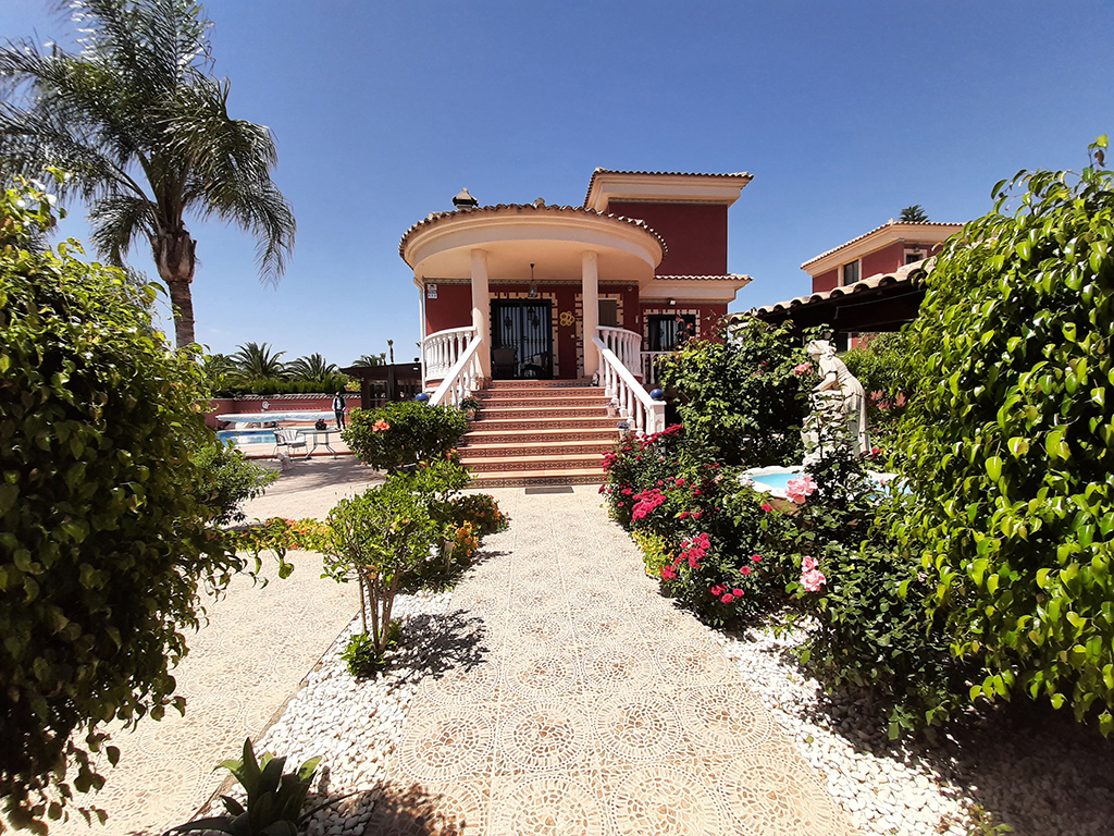 Huis met uitzicht op de bergen / Benferri